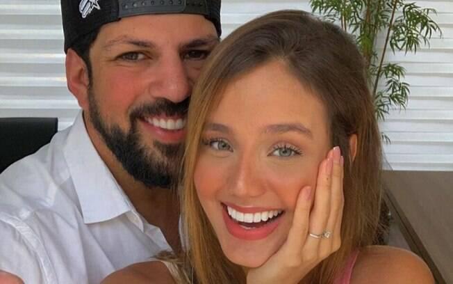 A modelo Biah Rodrigues%2C noiva do cantor Sorocaba%2C está grávida do primeiro filho do casal