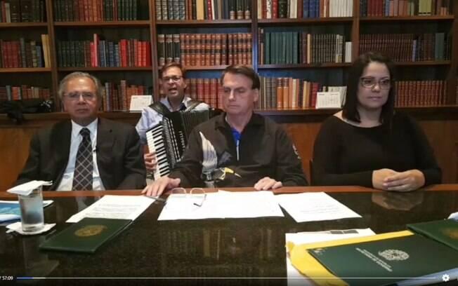 Em live, ministro Paulo Guedes e Jair Bolsonaro enquanto Gilson Machado Neto, presidente da Embratur, toca Ave Maria