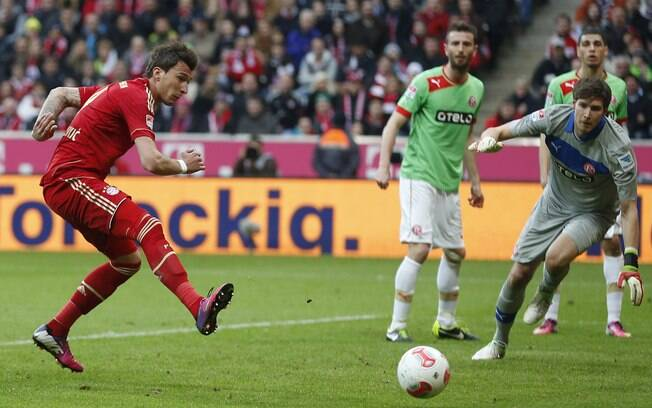Mandzukic arrisca chute contra o gol do  Fortuna Dusseldorf