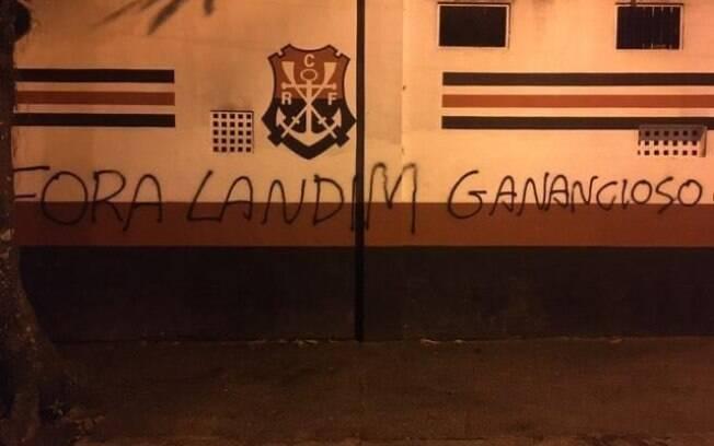 Muros foram pichados