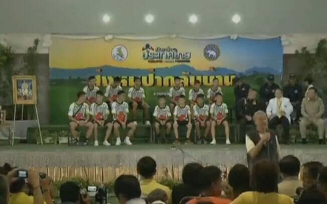 Meninos e treinador resgatados em caverna na Tailândia dão coletiva de imprensa e falam ao mundo pela primeira vez