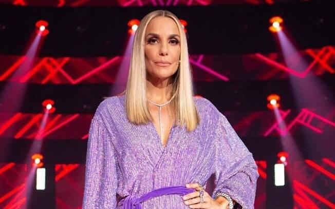 Ivete Sangalo investiu no loiro com raiz escura para mudar o visual e apareceu com o novo look no The Voice Brasil
