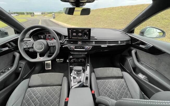 Audi RS 5 Sportback: nova central multimídia no painel, bancos com largos apoios laterais e acabamento caprichado