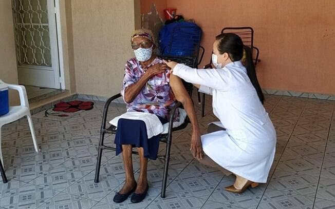 Saúde vacina uma das pessoas mais velhas a receberem o imunizante em Campinas