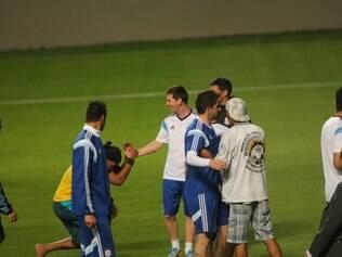 No fim do treino, vários torcedores invadiram o campo e um sósia de Ronaldinho Gaúcho saudou Messi
