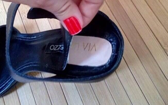Sandália comprada na loja da Arezzo tem marca da Via Uno embaixo da palmilha