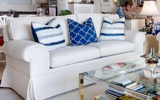 Na sala de estar, o sofá precisa ser proporcional ao tamanho do cômodo para não trazer prejuízos e atrapalhar a circulação