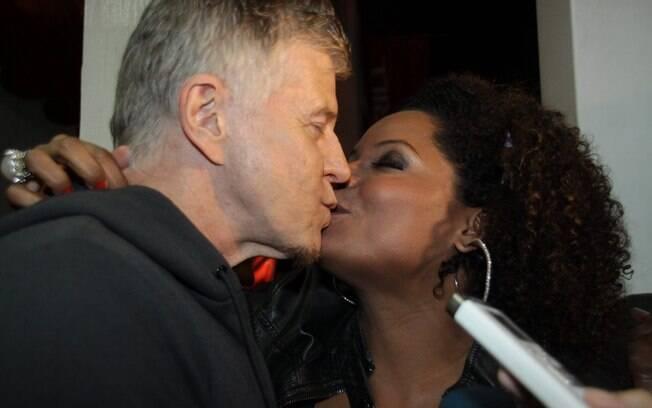 O diretor Miguel Falabella também dá um beijinho em Adriana Bombom