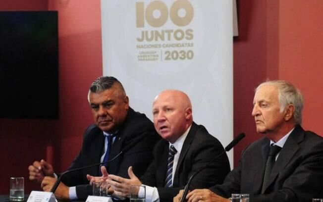 Presidente da AFA, Claudio Tapia (esquerda), conduz a reunião para candidatura conjunta dos países sul-americanos para a Copa do Mundo 2030