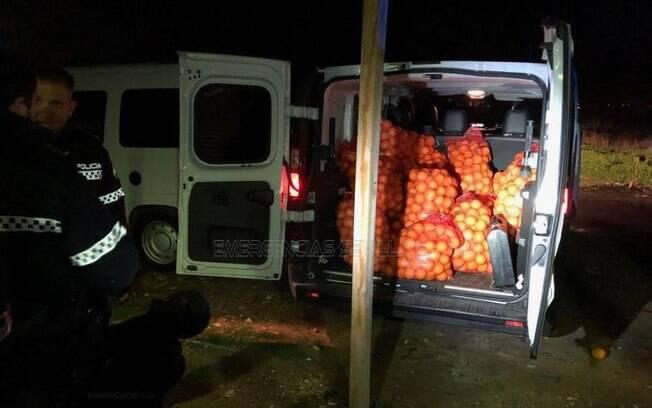 Nenhum dos ocupantes dos veículos forneceram faturas ou dados sobre a origem das frutas recolhidas pela polícia local