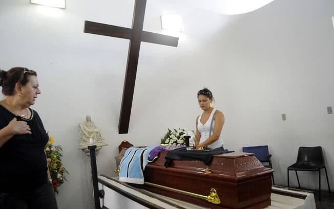 Familiares e amigos participam do velório de Gustava Marques, que teve morte cerebral ontem (29)