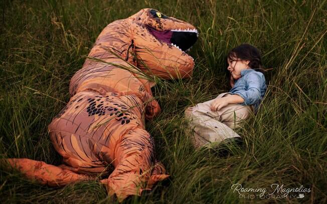 A criança autista foi fotografada com sua prima Lola, de 5 anos, eles são inseparáveis e se divertiram durante as fotos