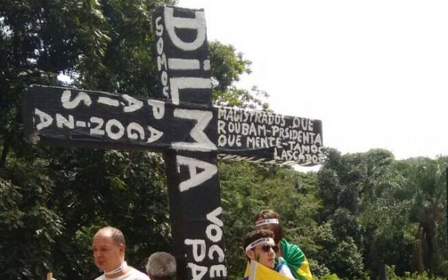 Manifestantes levam cruz com nome de Dilma no protesto deste domingo (15), em São Paulo. Foto: Bárbara Libório/iG São Paulo