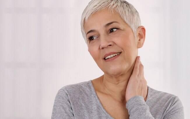 É preciso incluir alguns cuidados na rotina de quem tem cabelos brancos, como usar shampoos e condicionadores roxo