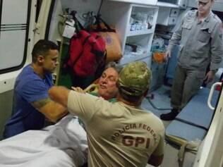 Anthony Garotinho saiu amparado pelos bombeiros do Samu, mas recusou-se a entrar na ambulância