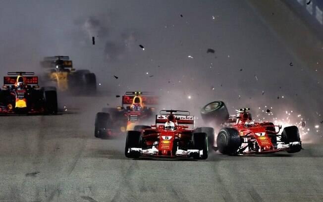 Acidente que tirou as duas Ferraris foi inédito na Fórmula 1