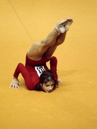 A soviética Olga Korbut no exercício de solo