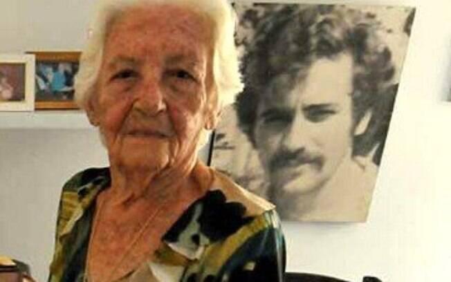 Avó de Felipe Santa Cruz, presidente da OAB, com a fotografia do filho, Fernando Santa Cruz