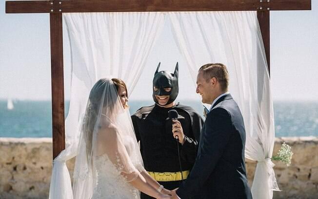Casamento inspirado em quadrinhos e games faz sucesso por mesclar o tradicional com a paixão dos noivos