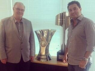 Gilvan, presidente do Cruzeiro, posou para foto ao lado de Alexandre Mattos e dos troféus do Brasileiro de 2013 e 2014