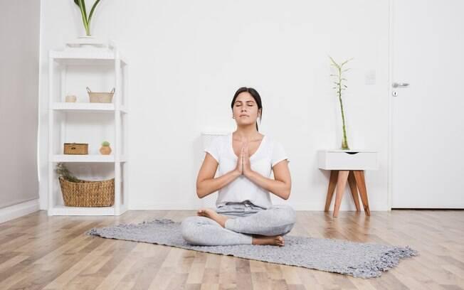 Fazer exercícios de respiração e relaxamento ajudam a amenizar a ansiedade dos períodos difíceis