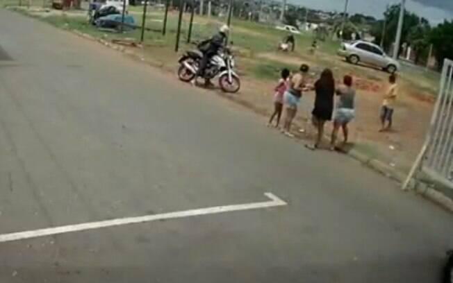 O crime foi registrado por câmeras de segurança.