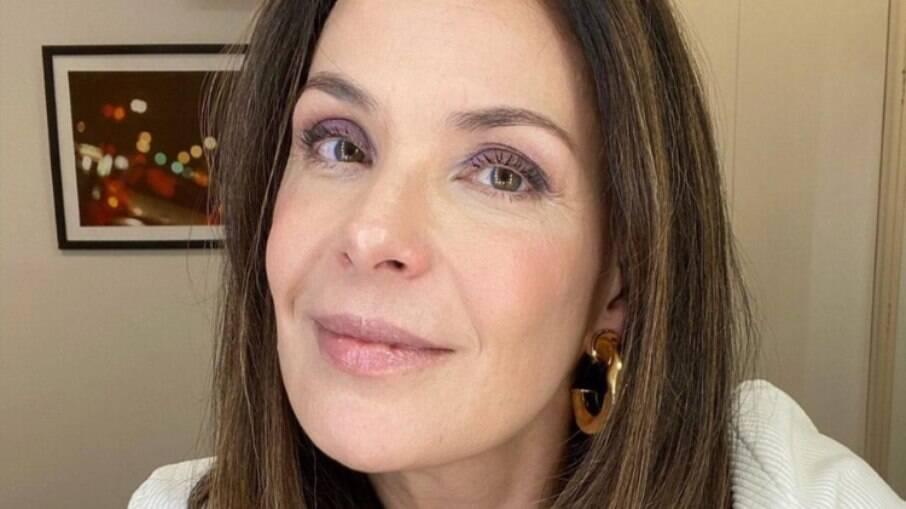 Carolina Ferraz aposta em biquíni fio dental em Salvador