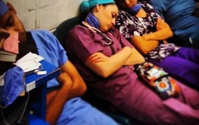 Médicos são flagrados dormindo e foto vai parar nas redes sociais
