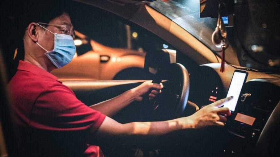 Dirigir de máscara e óculos pode acabar embaçando as lentes, o que atrapalha a visão do motorista