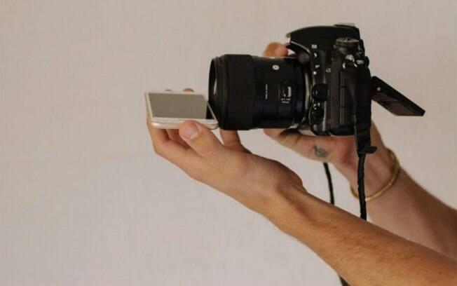 O fotógrafo recomenda segurar o celular na base da lente, ajustando-o levemente conforme for vendo a imagem