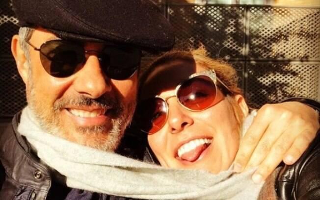 William Bonner e a namorada, Natasha Dantas, posam agarradinhos em foto compartilhada no Instagram