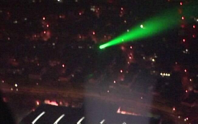 Imagem do feixe de luz que impediu o piloto de visualizar o local em que aterrissaria aeronave