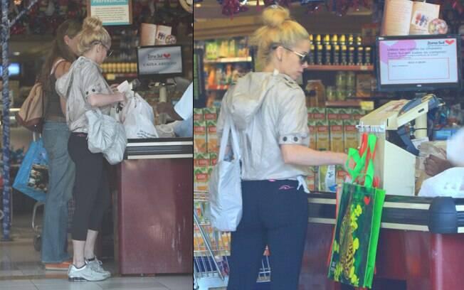 Danielle paga as compras no caixa do mercado