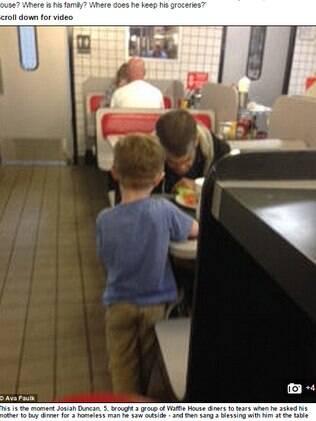 Menino de cinco anos insiste para que mãe compre uma refeição para morador de rua