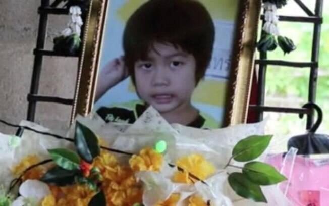 Nong estava indo para a escola quando foi esquecida pela professora no veículo deixado no estacionamento do colégio