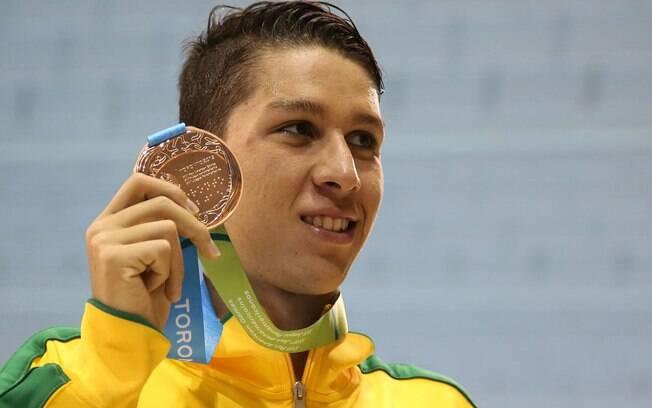 O jovem Brandonn Almeida, nadador do Corinthians festeja o suado bronze que conquistou nos 1500m . Foto: Satiro Sodre/SSPress