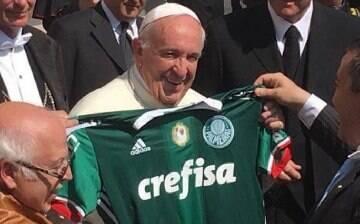 Vaticano pode ir à Justiça contra foto do papa com a camisa do Palmeiras