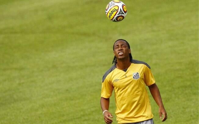 O volante Arouca brinca com bola durante o treino do Santos