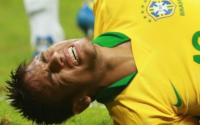 Neymar reclama de dores nas costas depois de  sofrer falta na partida contra o Japão (15/06)