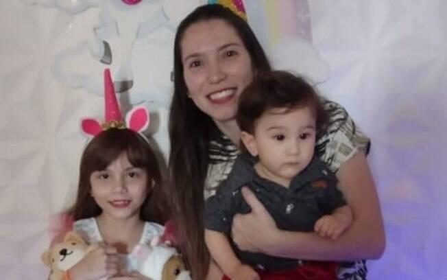 Gabriella com seus dois filhos, Alice, 8 anos, e Gustavo, 10 meses