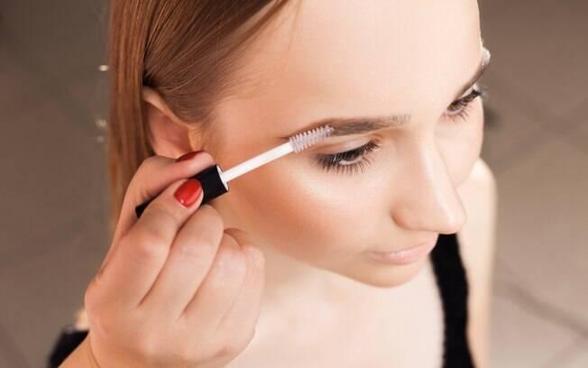 Sombra e rímel ajudam a preencher falhas na sobrancelha