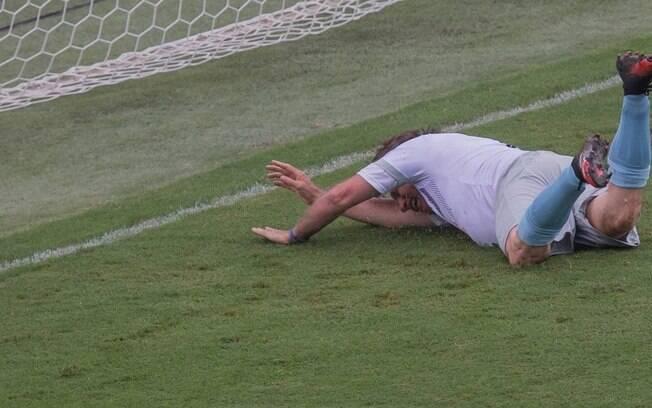 Bolsonaro participou de partida beneficente de futebol na Vila Belmiro, em Santos, nesta segunda (28)