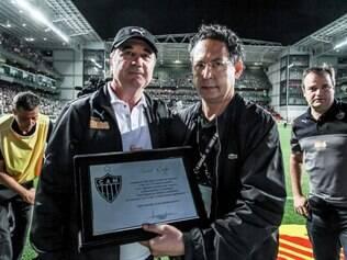 Técnico Levir Culpi recebeu a placa comemorativa pelos seus 200 jogos no Galo das mãos do diretor jurídico Lásaro Cândido da Cunha