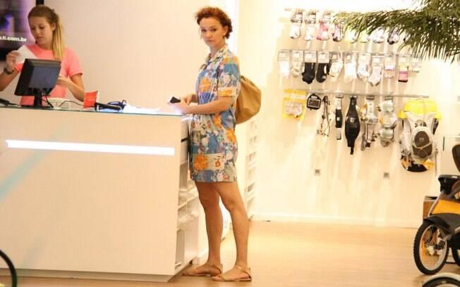 Julia Lemmertz faz compras em uma loja nessa quarta-feira (14), no Rio