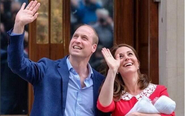 Príncipe William e Kate Middleton aparecem em público pela primeira vez com o terceiro filho, um dos herdeiros da família real britânica