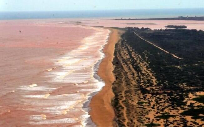 Lama derramada pela barragem da Samarco, em Minas Gerais, também chegou ao Espírito Santo