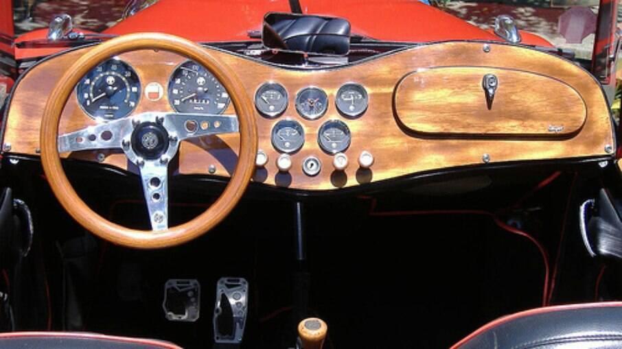 Painel de madeira tem vários instrumentos como no esportivo original inglês