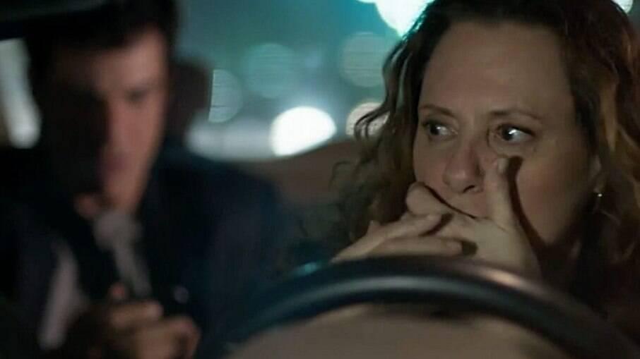 Arlete sofre um acidente ao ver que o passageiro do seu táxi é Eric
