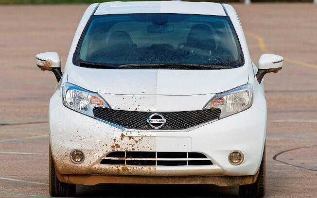 Nissan Note com pintura que repele água e lama na metade do lado direito