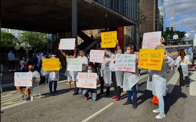 Manifestação de profissionais de beleza na Avenida Paulista pediu respeito à decisão do governo federal de considerar beleza como serviço essencial